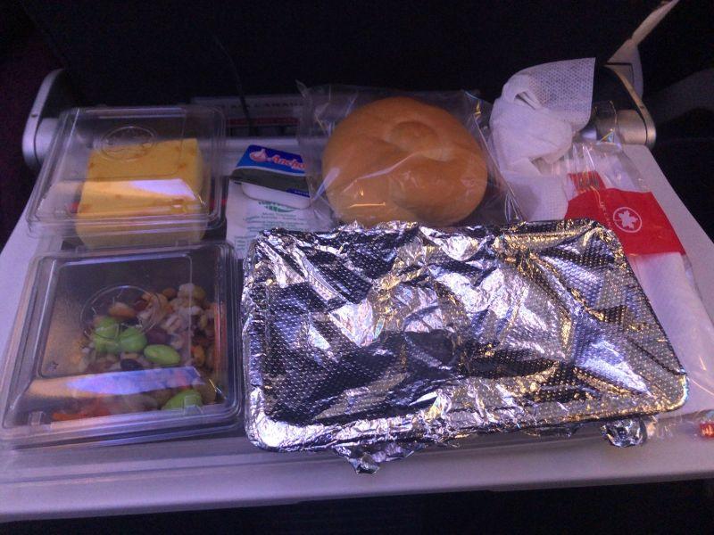 成田出発バンクーバー行きのエアカナダ機内での食事